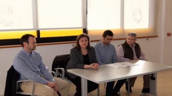Mercedes Garrido explica un proyecto a vecinos de sa Indioteria