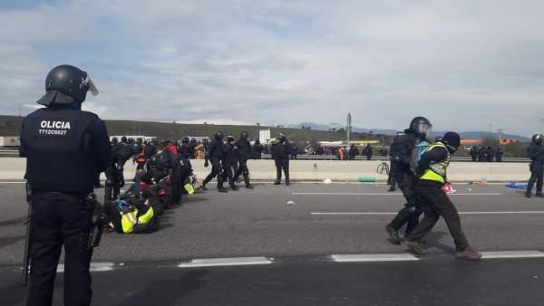 Los Mossos d'Esquadra desalojan a manifestantes que cortaban la AP-7