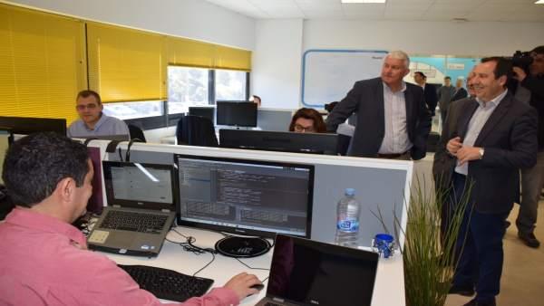 Ruiz Esoejo visita empresa tecnologica Neueda en el PTA