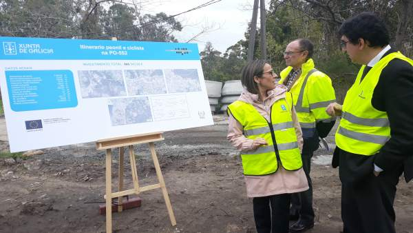 La conselleira de Infraestruturas, Ethel Vázquez, en la senda peatonal de Coruxo