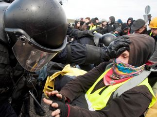 Un Mosso aparta a un manifestante