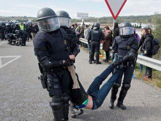 Retirando a un manifestante