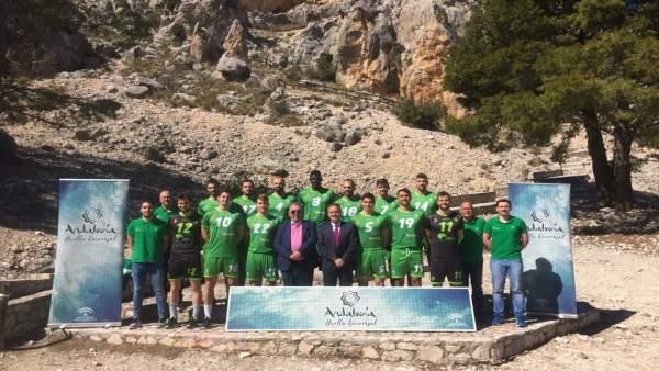 Los jugadores de Voleibol Almería muestran la nueva equipación con el patrocinio