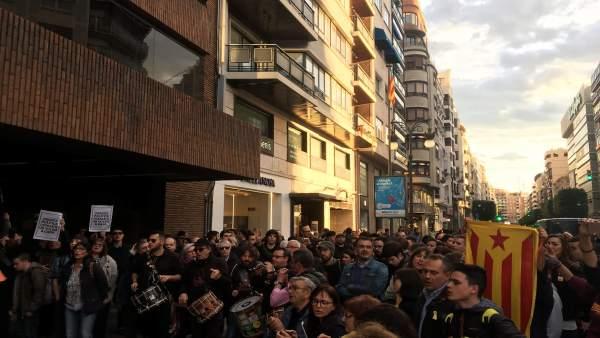 PPCV critica la crema de fotos del jutge Llarena en la concentració de València i mostra el seu suport al poder judicial