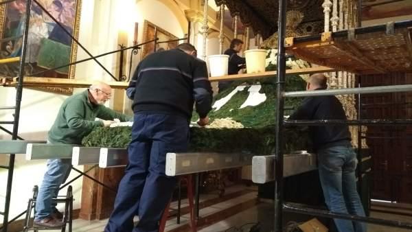Elaboración manto de flores de la Virgen de las Penas de Málaga