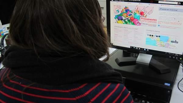 Una joven consulta la página de los presupuestos participativos de Zaragoza