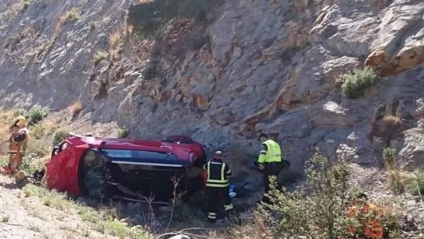 Rescaten un conductor atrapat en el seu cotxe després de bolcar en l'AP-7 per Benissa (Alacant)
