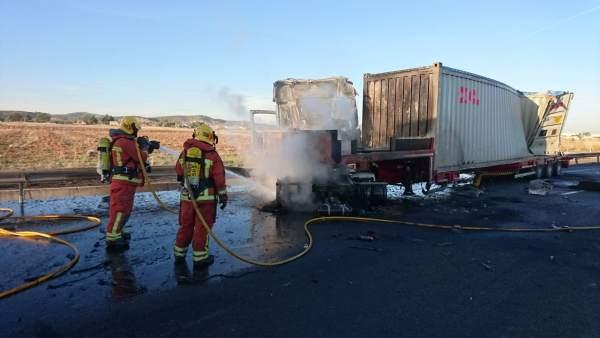Los bomberos han apagado las llamas del camión