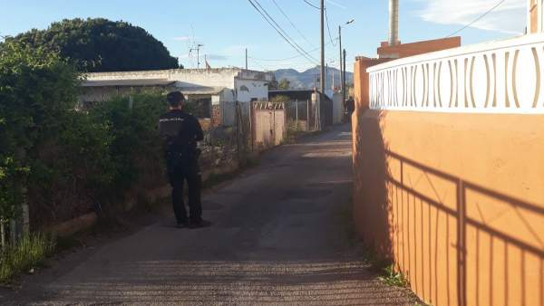 Un agente de Policía en el entorno de la vivienda del suceso