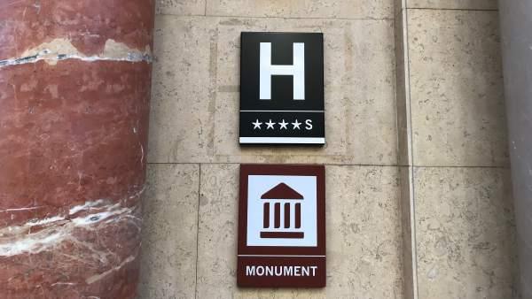 La entrada de un hotel de cuatro estrellas.