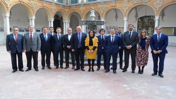 Pozuelo y el presidente de la Diputación, Antonio Ruiz (centro), tras la firma