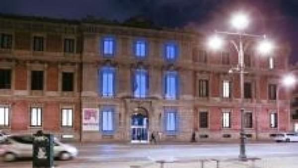 Imagen de archivo del Parlamento foral iluminado de azul.