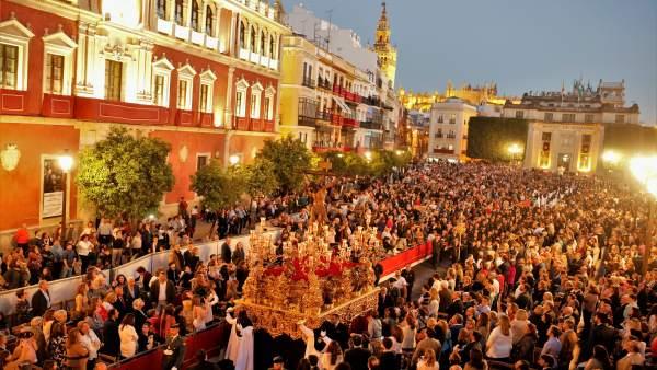 Sevilla vive repleta su Martes Santo