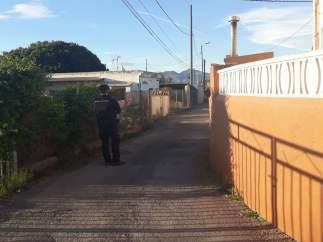 Un agent de Policia a l'entorn de la vivenda del succés