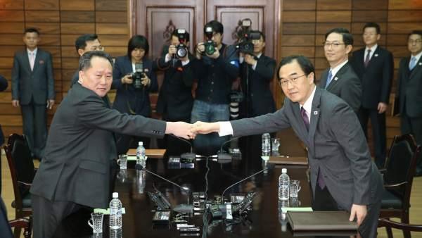 El ministro de Unificación de Corea del Sur, Cho Myoung-gyon (d), y el delegado jefe de Corea del Norte, Ri Son-gwon (i).