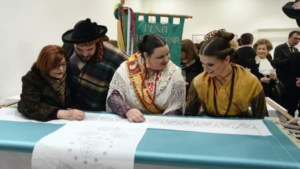 Murcianos vestidos de huertanos han acudido a bordar el Manto por la Paz