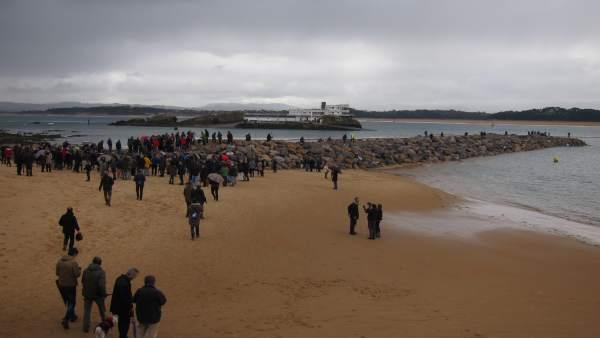 Protesta en las escolleras o diques de La Magdalena en Santander