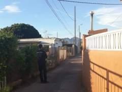 Un agent als voltants de la vivenda on es va produir el succés