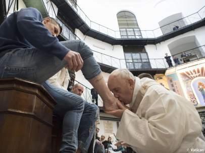 El papa Francisco lava los pies a los presos