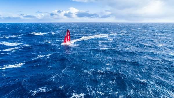 El MAPFRE, a vista de dron, navegando en el océano Sur
