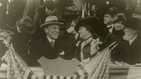 El presidente de EE UU Woodrow Wilson y su esposa, Edith Wilson, durante un partido de béisbol.
