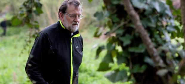 El presidente Rajoy camina por una ruta junto al río Armenteira, en Galicia, donde pasa unos días de descanso.