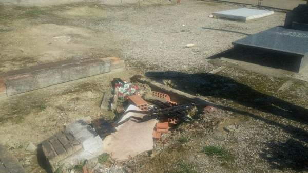 Destrozos en el cementerio