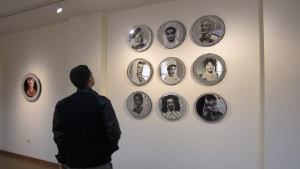 Exposición de platos decorados de Lucía Bosé
