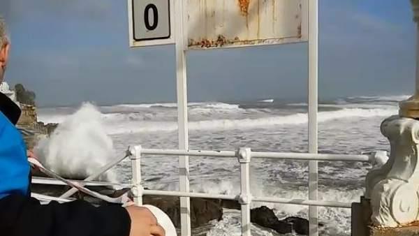 Imagen de archivo de fenómenos costeros en Gijón