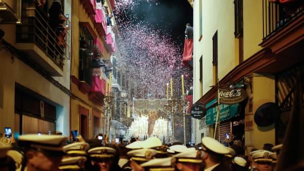 Músicos en la madrugada en la ciudad de Sevilla