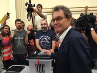 Artur Mas votando en el referéndum del 1-O.