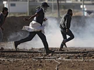 Palestinos huyen del gas lacrimógeno