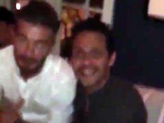 Marc Anthony sonríe junto a David Beckham