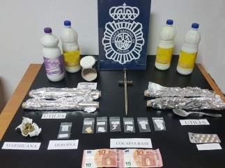 Droga y dinero intervenido durante la operación policial