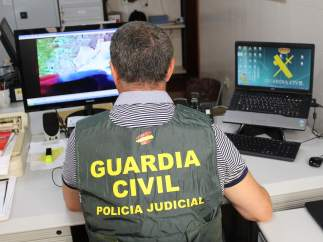 Un agente de la Guardia Civil inspecciona archivos en un ordenador
