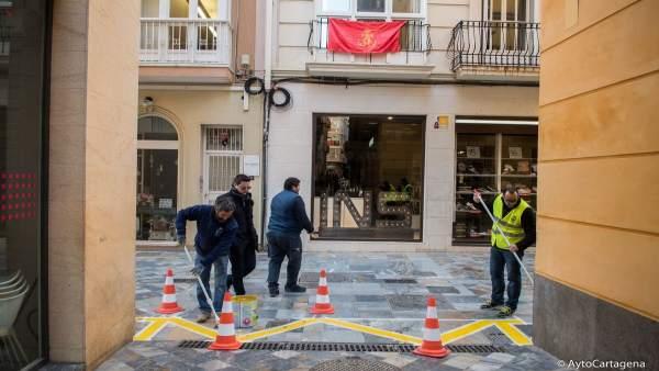 Operarios pintan delimitaciones de terrazas para Semana Santa