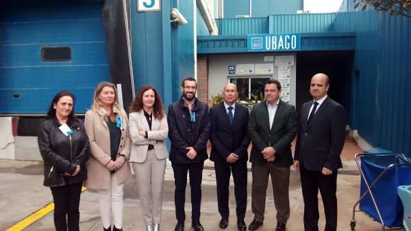 La delegada de Educación y el alcalde de La Línea en la empresa Ubago