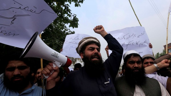 Un grupo de hombres protesta en las calles de Pakistán.