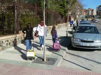 Niños caminan hacia el colegio