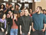 Los raperos Pablo Hasél y Elgio rodeados de miembros del colectivo No Callarem.