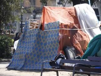 Una de las precarias tiendas de campaña instaladas en la Plaza Catalunya.