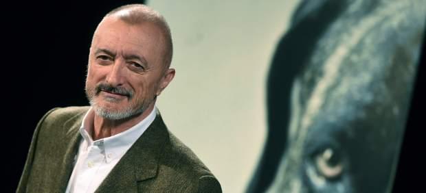 El escritor Arturo Pérez-Reverte presenta su novela negra 'Los perros duros no bailan'.