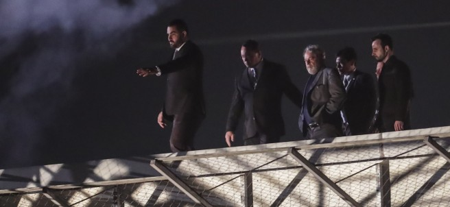 Lula se entrega a la Policía