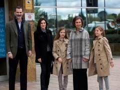 Reyes y sus hijas en la visita a don Juan Carlos