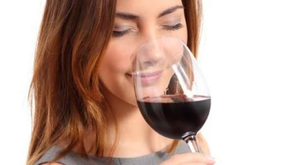 Mujer bebe vino
