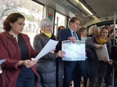 Alcaldes metropolitanos en el tranvía para defender su conexión.