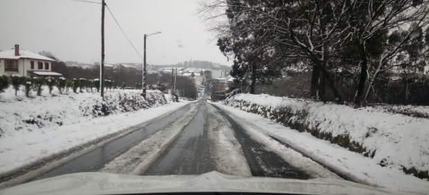 Nieve y carreteras cortadas.