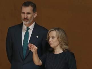 El rey Felipe junto a la directora de la Escuela Judicial, Gema Espinosa, esposa del magistrado del Tribunal Supremo Pablo Llarena.