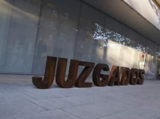 Un juez de Bilbao libera a unos padres de pagar el aval hipotecario de su hijo