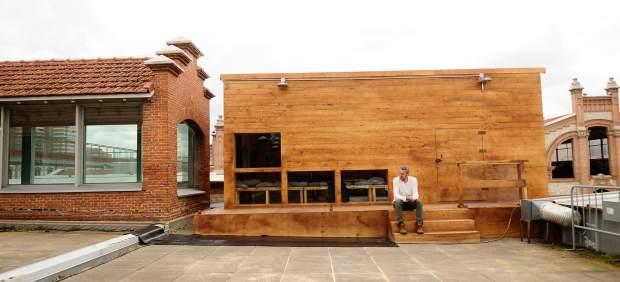 Casa de madera construida en la azotea de la Nave 10 de Matadero para la performance 'El tiempo entre nosotros'
